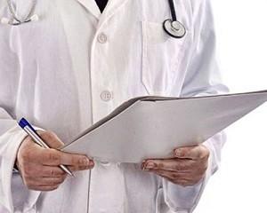 Врач заполняет больничный лист
