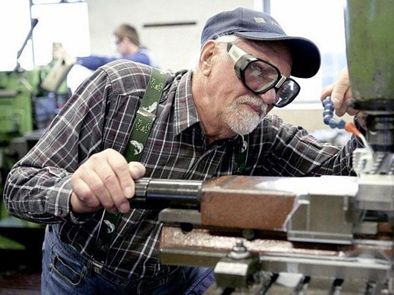 Картинки по запросу пенсионеры на заводе