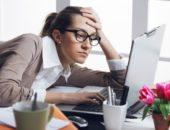 Уставшая женщина на рабочем месте
