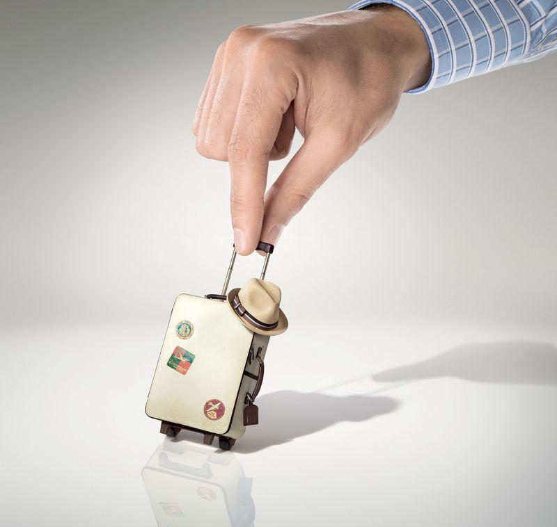 Рука и «отпускной» чемодан