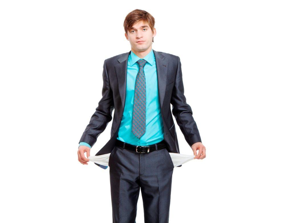 Сотрудник с пустыми карманами