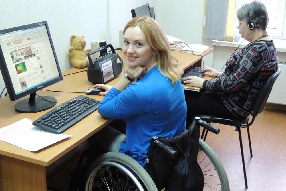 Девушка-инвалид перед компьютером