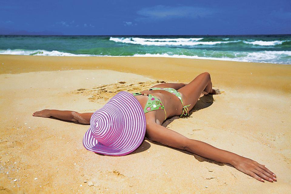 Женщина лежит на песке