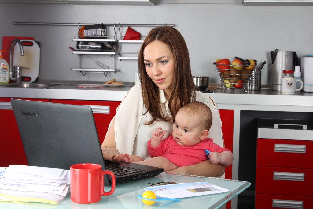 Мама и ребенок у компьютера