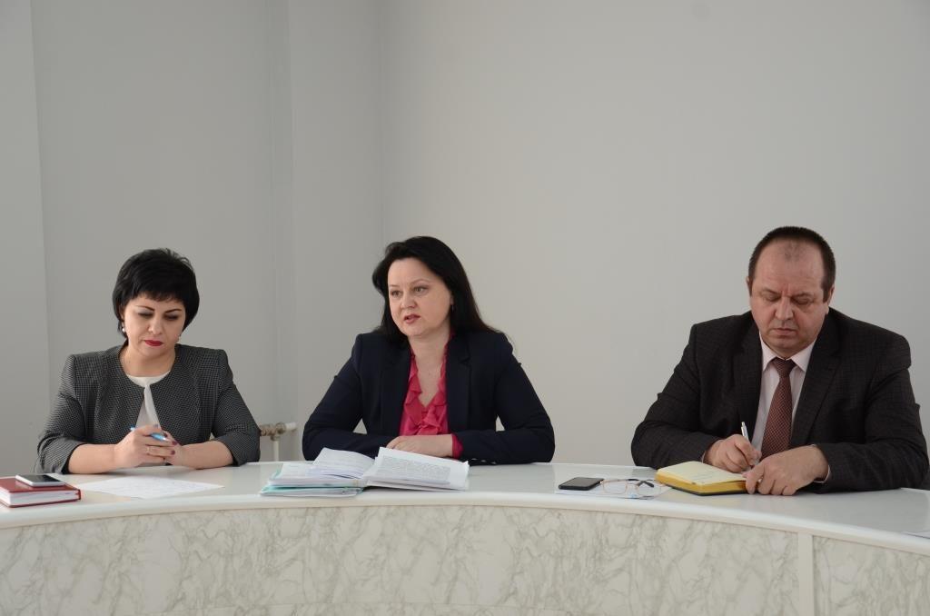 Две женщины и мужчина сидят за столом