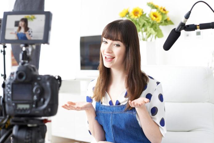 Девушка-видеоблоггер