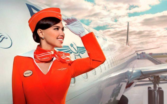Стюардесса рядом с самолётом