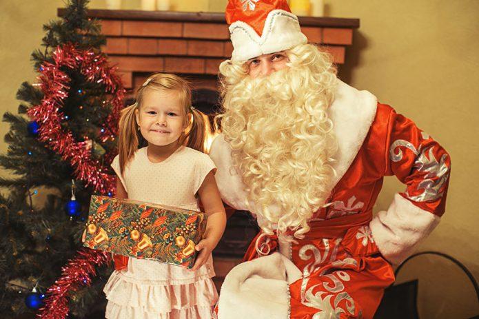 Дед Мороз поздравляет своего «клиента»