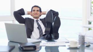 Бизнесмен за рабочим столом
