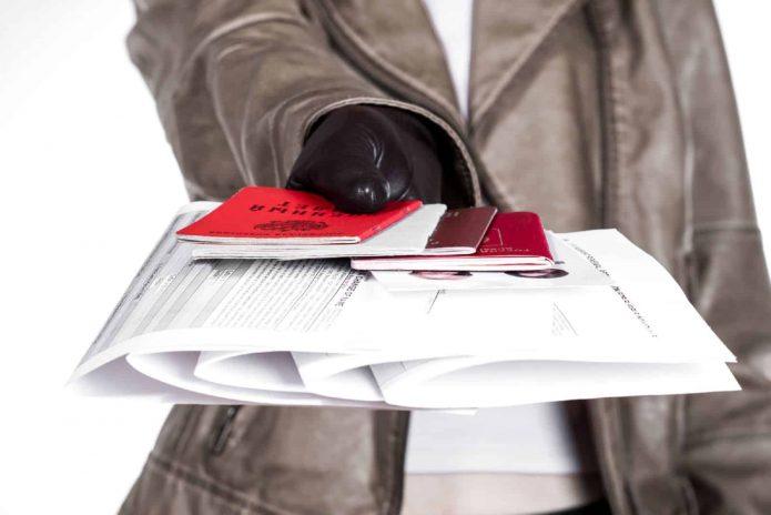 Рука протягивает документы