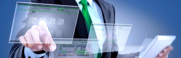 Виртуальные окна ПК и человек в костюме, работающий с ними