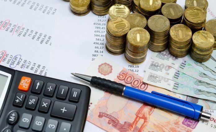 Столбцы с цифрами, деньги, калькулятор и ручка