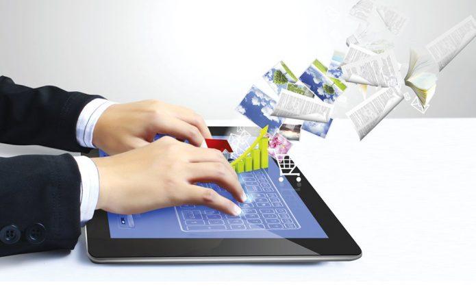 Руки на планшете и виртуальный обмен документами, диаграммами, картинками