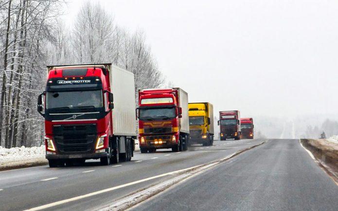 Вереница грузовиков на трассе