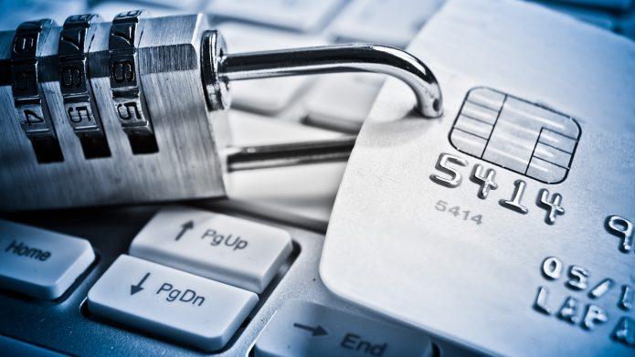 Кодовый замок на банковской карте рядом с клавиатурой ПК