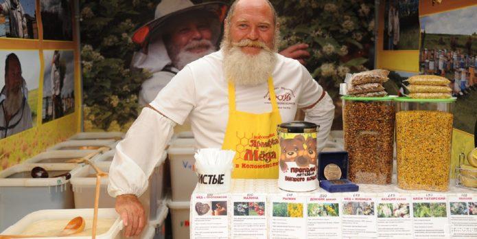 Продавец мёда на ярмарке