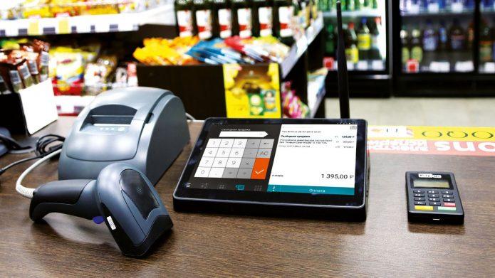 Онлайн-касса, сканер, калькулятор на прилавке в магазине