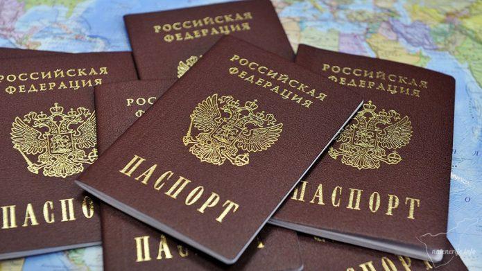 Российские внутренние паспорта на фоне карты