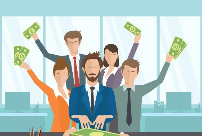 Люди в офисе с долларами в руках