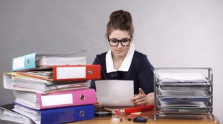 Женщина с документами