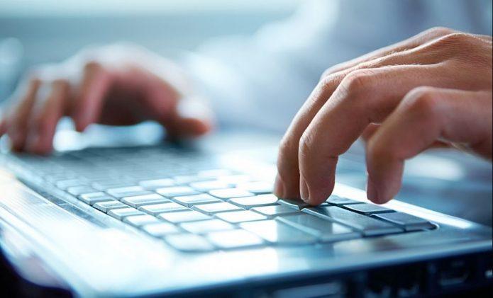 Руки на клавиатуре нотубука