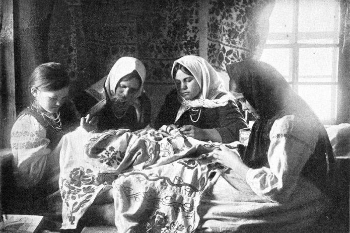 Историческое фото швейной артели за работой