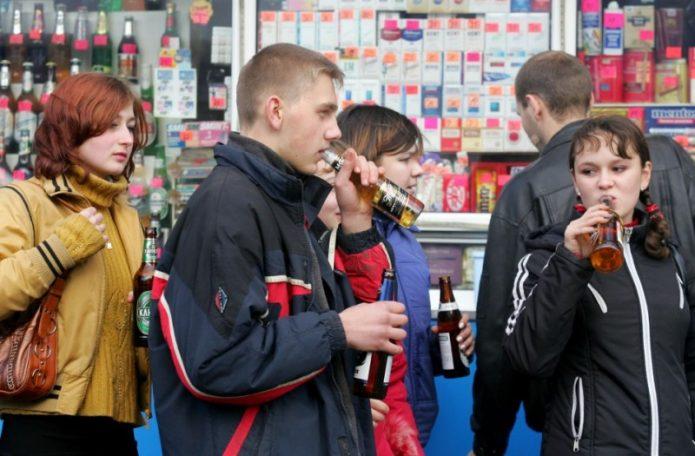Употребление спиртных напитков несовершеннолетними наносит большой вред их здоровью