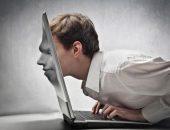 Мужчина головой помял ноутбук