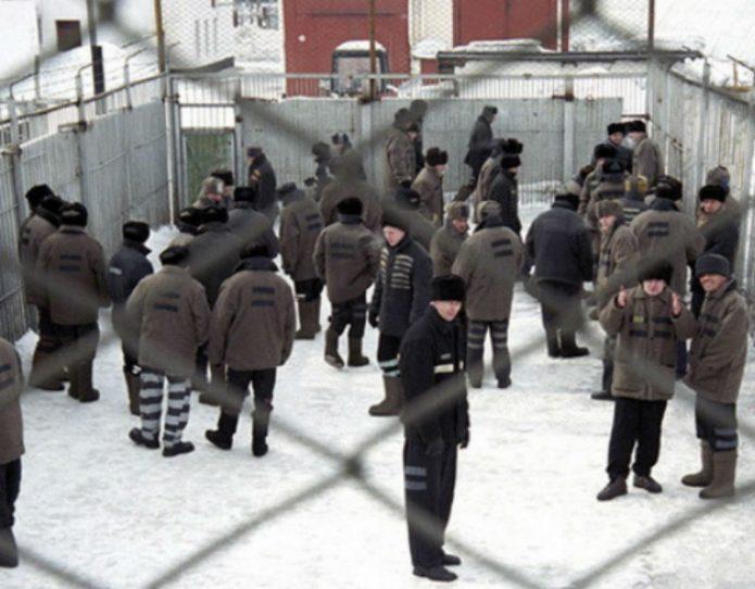 Заключённые на территории зоны