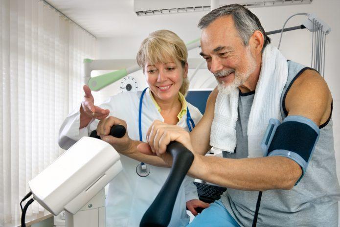Врач и пациент на кардио-тренажёре
