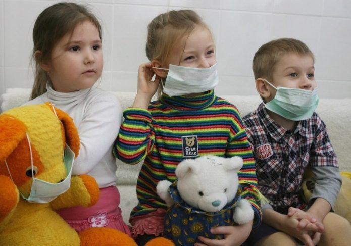 Три ребёнка в профилактических масках