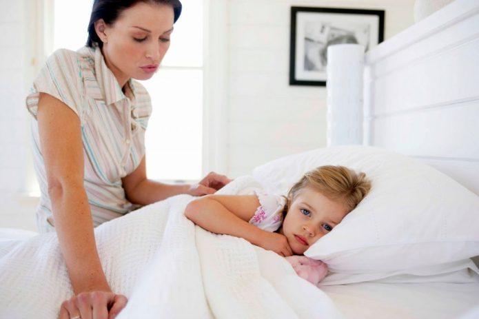 Мама и больной ребёнок в постели