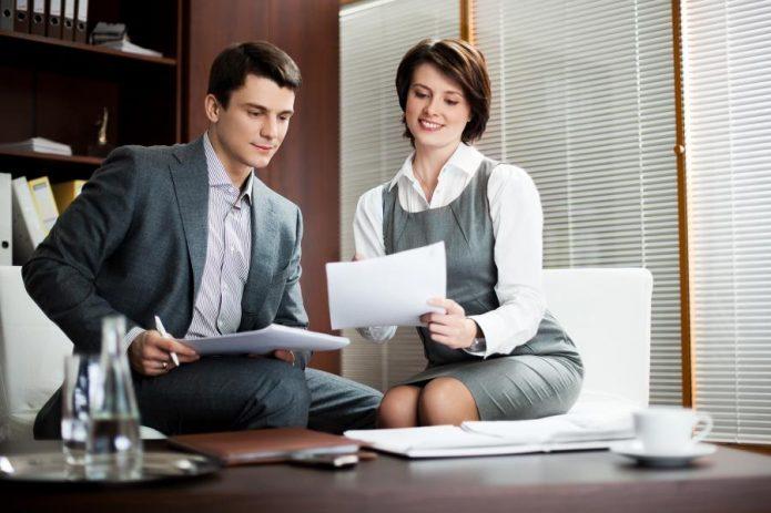 Мужчина и женщина обсуждают договор