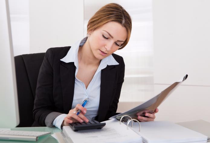 Женщина работает с калькулятором