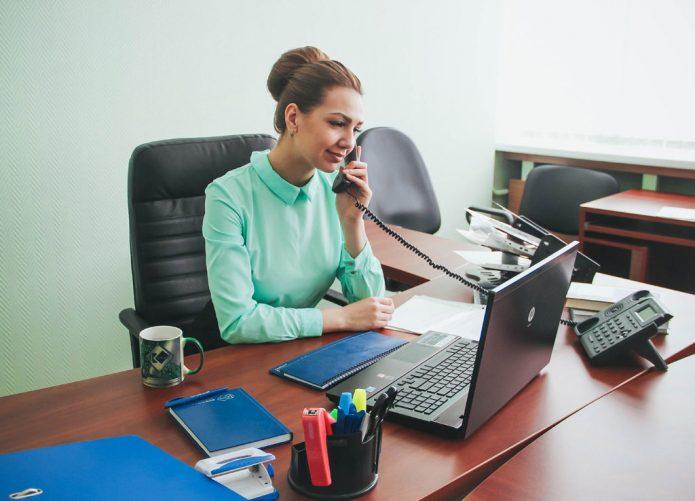 Главный бухгалтер разговаривает по телефону