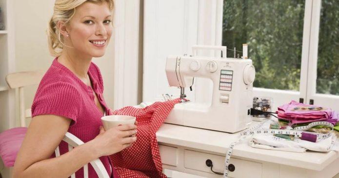 Женщина за швейной машинкой у окна