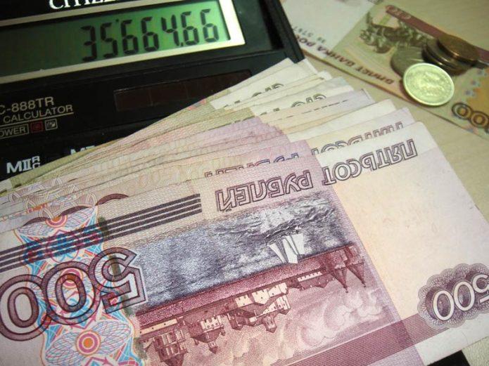 Купюры по 500 рублей и калькулятор с суммой