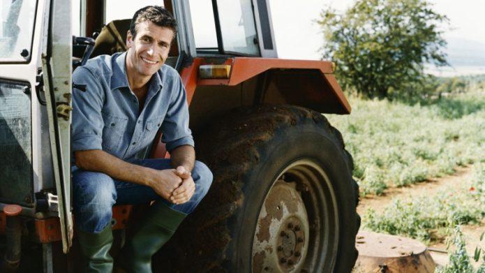Мужчина на тракторе