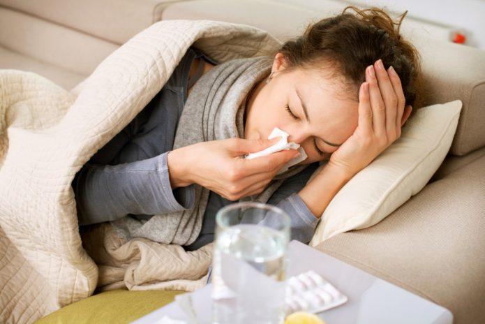 Девушка с насморком под одеялом