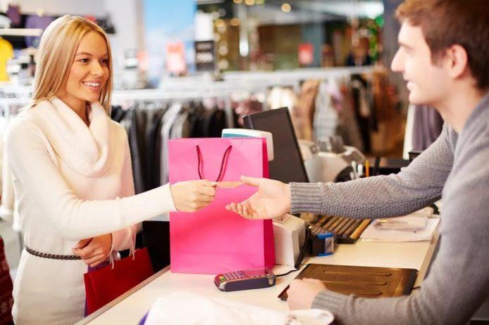 Продавец с покупателем в магазине