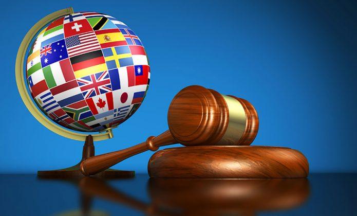 Глобус с эмблемами стран и судейский молоток
