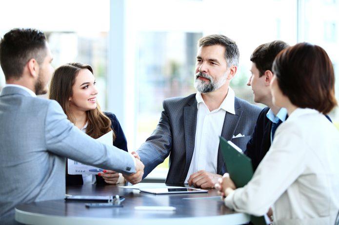 Бизнесмен заключает договор