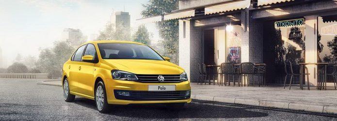 Жёлтый Volkswagen Polo в кузове седана