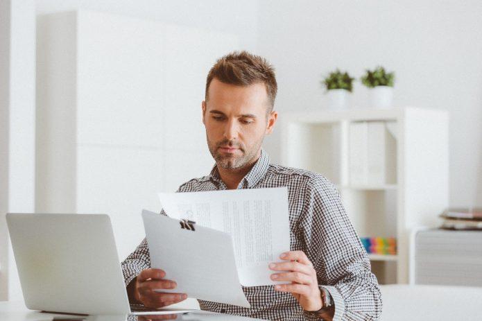 Мужчина изучает документы