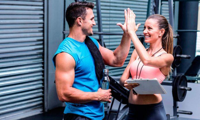 Фитнес-тренеры в зале