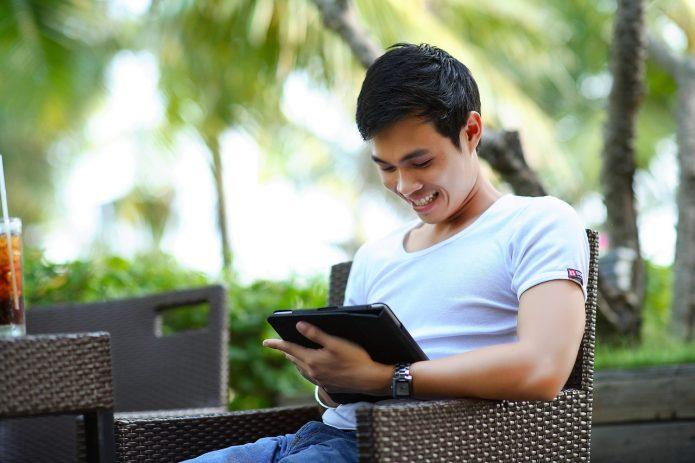 Бизнесмен отдыхает на курорте и работает