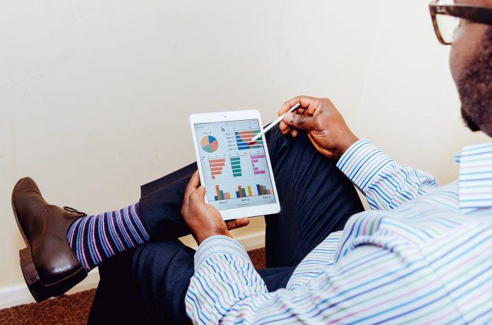Бизнесмен изучает статистику